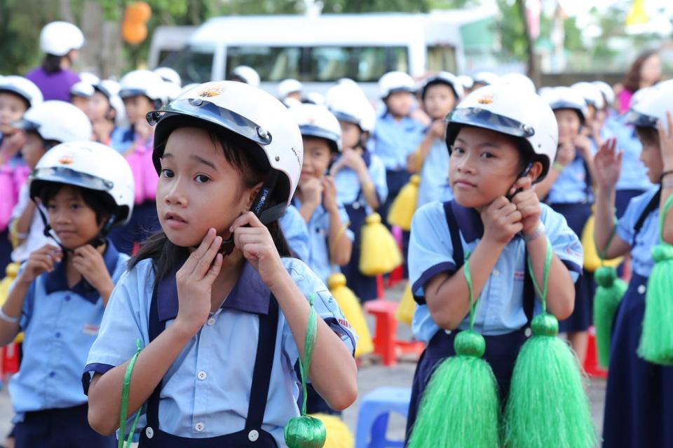 Trao tặng hơn 24.000 mũ bảo hiểm cho học sinh lớp một