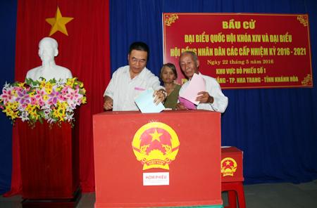 Cử tri phường Vạn Thắng (TP. Nha Trang) bỏ phiếu bầu cử đại biểu Quốc hội khóa XIV và đại biểu HĐND các cấp nhiệm kỳ 2016-2021.