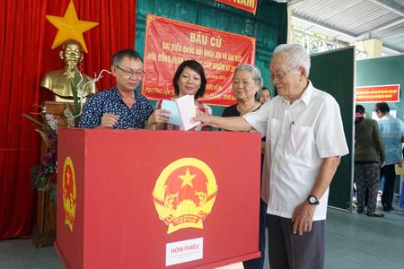 Cử tri bầu cử tại khu vực bỏ phiếu số 5, phường Lộc Thọ, TP. Nha Trang.