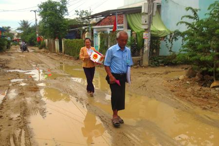 Tổ bầu cử mang thùng phiếu đến nhà cử tri ở xã Vĩnh Trung, TP. Nha Trang. Ảnh: M.T