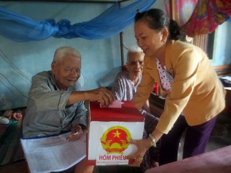 Cử tri già yếu ở xã Vĩnh Trung, TP. Nha Trang bỏ phiếu tại nhà. Ảnh: M.T