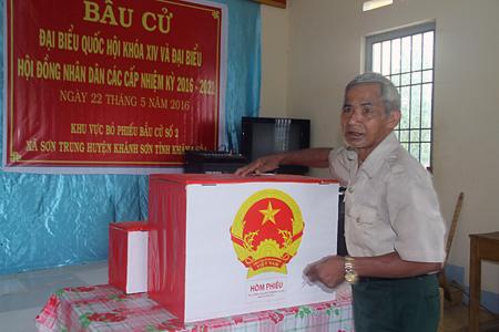 Anh hùng lực lượng vũ trang nhân dân Bo Bo Tới bỏ phiếu tại khu vực bỏ phiếu số 2 xã Sơn Trung, huyện Khánh Sơn. Ảnh: N.T