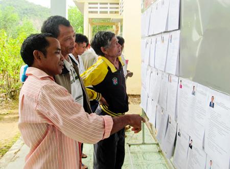 : Cử tri thôn Bầu Sang, xã Liên Sang nghiên cứu danh sách ứng viên trước khi bầu.