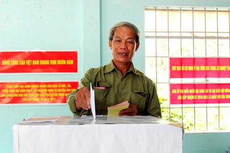 Ông Hoàng Văn Sính, người dân tộc Tày ở thị trấn Khánh Vĩnh đi bỏ phiếu.