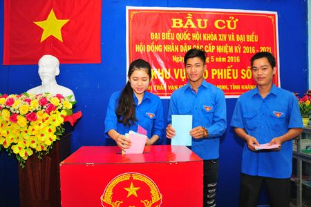 Cử tri trẻ của thị trấn Vạn Giã tham gia bỏ phiếu. Ảnh: V.G – V.T