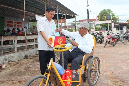 Thùng phiếu được lưu động đưa đến tận nơi cho người khuyết tật. Ảnh: V.G – V.T