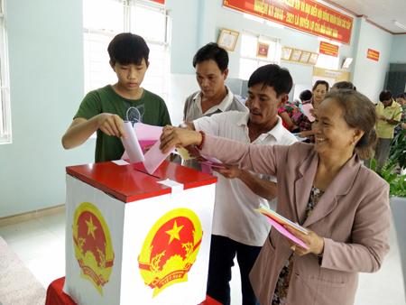 Cử tri Nguyễn Trần Ninh (18 tuổi, ngoài cùng bên trái) lần đầu tiên đi bầu cử