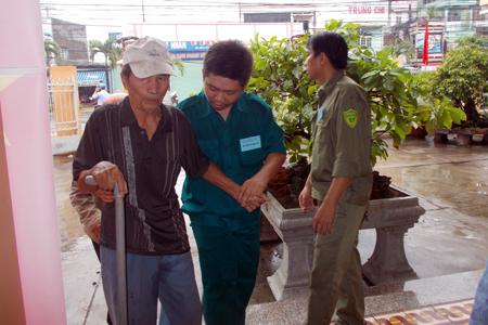 Tuy bị đau chân nhưng một người dân huyện Diên Khánh vẫn đến điểm bỏ phiếu từ rất sớm. Ảnh: K.D-H.Q