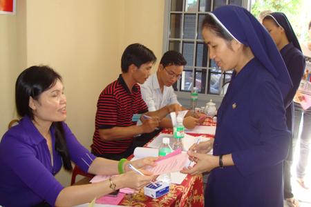 Các nữ tu Giáo xứ Hà Dừa (Diên Khánh) phấn khởi đi bầu cử. Ảnh: K.D-H.Q