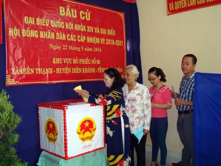 Các cử tri bỏ phiếu tại khu vực bỏ phiếu số 2, xã Diên Thạnh, huyện Diên Khánh. Ảnh: K.D-H.Q