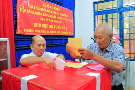 Cử tri Đặng Húy, 84 tuổi đi bỏ phiếu bầu cử tại Tổ bầu cử số 3, phường Ninh Hiệp, thị xã Ninh Hòa