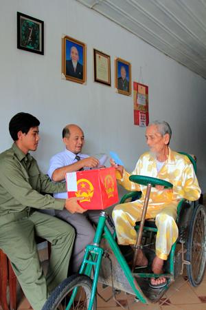Cụ ông Nguyễn Duy (101 tuổi - người lớn tuổi nhất bầu cử tại nhà) ở đơn vị bầu cử số 3,phường Ninh Hiệp, thị xã Ninh Hòa