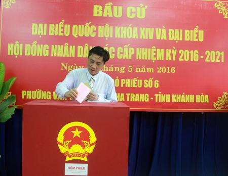 Ông Lê Đức Vinh - Phó Bí thư Tỉnh ủy, Chủ tịch UBND tỉnh thực hiện quyền cử tri tại điểm bầu cử số 6, phường Vạn Thắng (TP. Nha Trang)