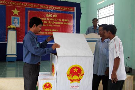2 cử tri chứng kiến việc kiểm tra hòm phiếu trước giờ bỏ phiếu ở khu vực bỏ phiếu số 3, thị trấn Cam Đức, huyện Cam Lâm