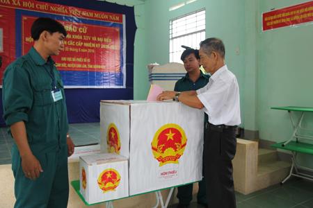 Đây là lần thứ 12 cụ Lê Đa (85 tuổi, tổ dân phố Bãi Giếng 4, thị trấn Cam Đức, Cam Lâm) đi bầu cử.