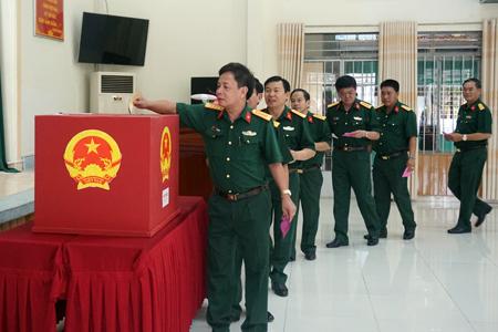Các cán bộ Bộ Chỉ huy Quân sự tỉnh Khánh Hòa bỏ phiếu bầu đại biểu Quốc hội khóa XIV và đại biểu HĐND các cấp, nhiệm kỳ 2016-2021