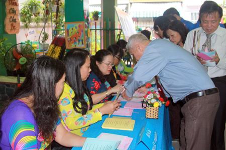 Cử tri phường Xương Huân nhận phiếu bầu cử khu vực bỏ phiếu số 6, phường Xương Huân, TP. Nha Trang