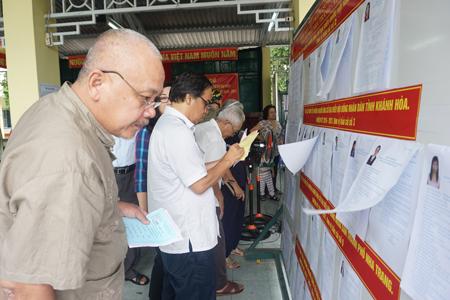 Cử tri của phường Lộc Thọ, TP. Nha Trang xem xét kỹ lưỡng về các ứng cử viên trước khi ghi phiếu bầu.
