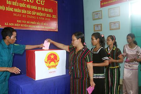 Cử tri người dân tộc Raglai (huyện Khánh Sơn) bỏ phiếu bầu cử đại biểu Quốc hội và HĐND các cấp. Ảnh: N.T
