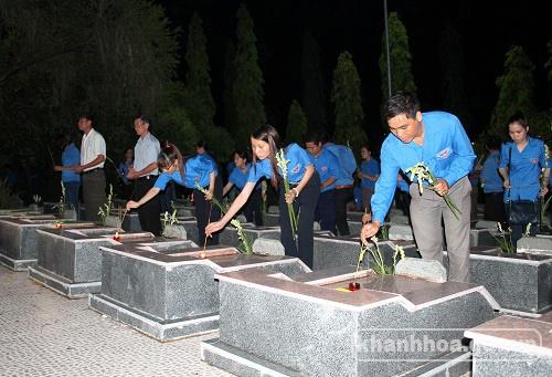 Tỉnh đoàn Khánh Hòa - DVTN%20thap%20nen%20%2828 7%29