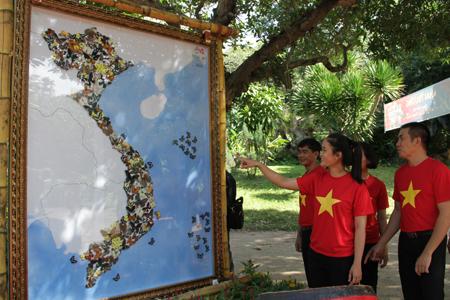 Tấm bản đồ được ghép từ hơn 200 con bướm đã được phơi khô.