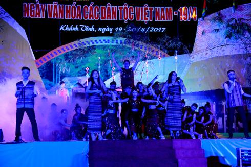 Tiết mục hát múa Ngọn lửa cao nguyên của Trung tâm Văn hóa tỉnh mời gọi mọi người vào hội.