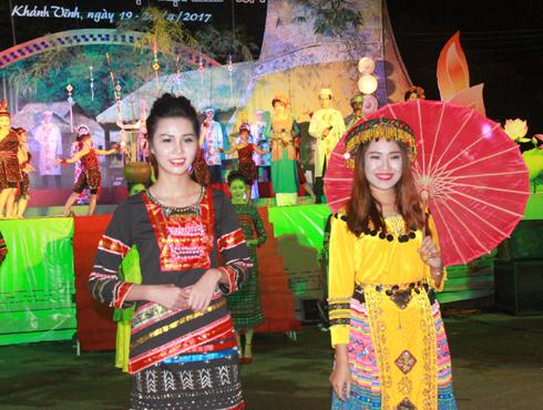 Trình diễn trang phục truyền thống của các dân tộc thiểu số ở Khánh Hòa.