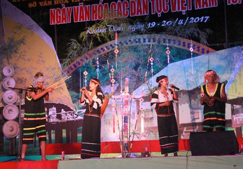 Đoàn Khánh Sơn với tiết mục hát dân ca