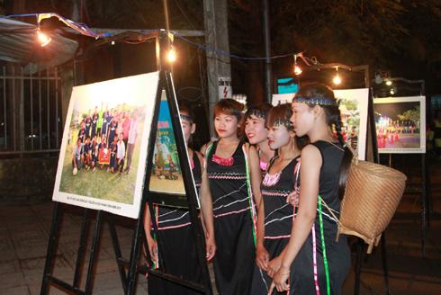 Công chúng xem triển lãm ảnh Khánh Vĩnh ngày mới