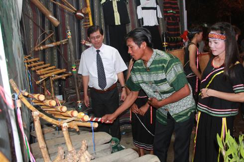 Đoàn Cam Lâm giới thiệu các nhạc cụ truyền thống của đồng bào Raglai với các đại biểu.